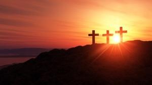 3 Kreuze am Hügel bei Sonnenuntergang